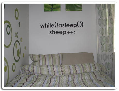 "En vägg med texten ""while(!asleep()) sheep++"""