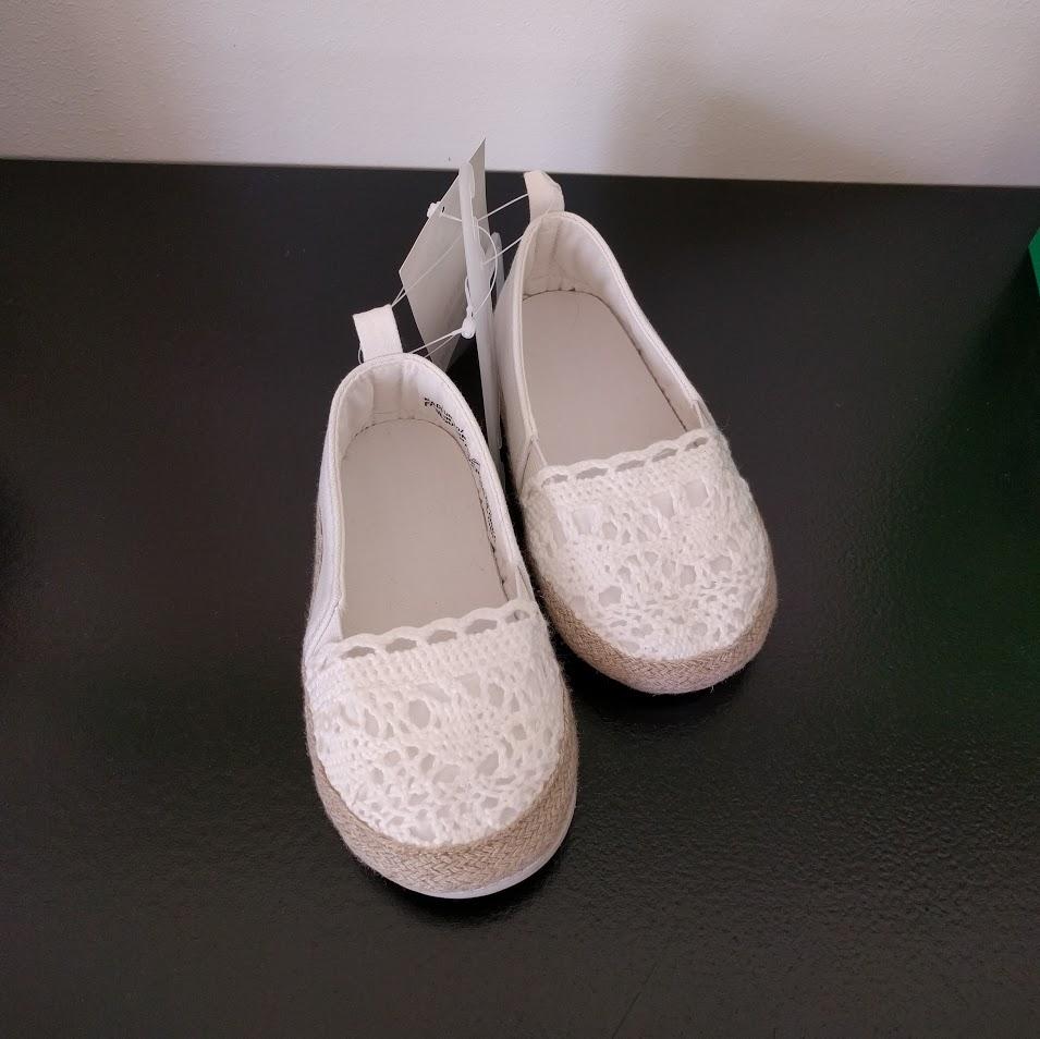 Urgulliga skor som jag tänkte Freja skulle ha på bröllopet. Alldeles för stora dock, får se när hon växer i dem. (HM)