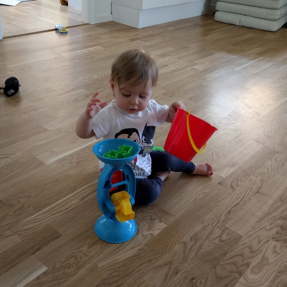 Sand och vattenset. Köpte det mest för att det var bra spadar med, men det här vattenhjulet är skoj att leka med hemma verkar det som. (ICA Maxi)
