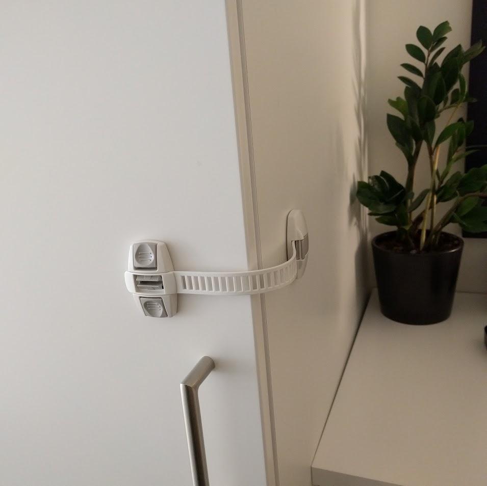 Multilås till städskåpet och garderoben i hallen. Haha, försök leka med skruvmejslarna nu busunge! (IKEA)