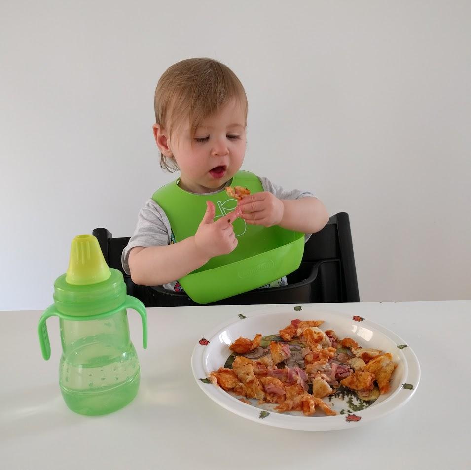 9. Servera en av de trasiga till det skeptiska barnet. Ät den andra själv. När barnet faktiskt verkar tycka det är gott, instagramma detta faktum.