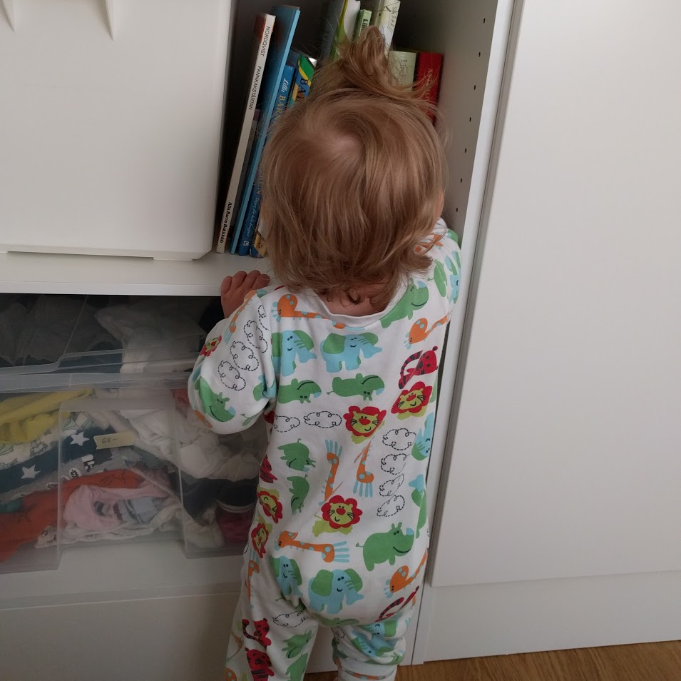 Lifehack för föräldrar på dåligt humör: Öppna ett skåp och strunta blankt i vad barnet plockar ut så länge det inte är farligt. Lägger tillbaka gör vi en annan dag.