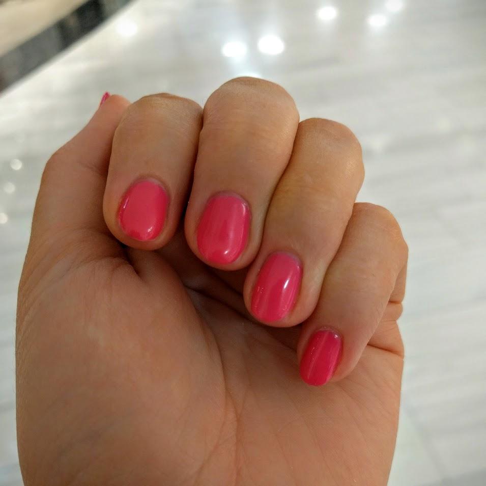 Nyfixade naglar. Lite rundare, lite somrigare färg.