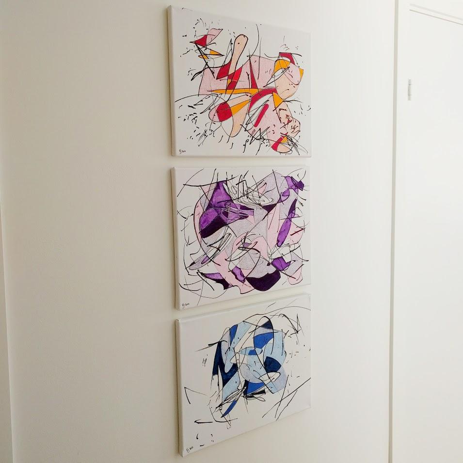 Tavlor som hänger på en vägg