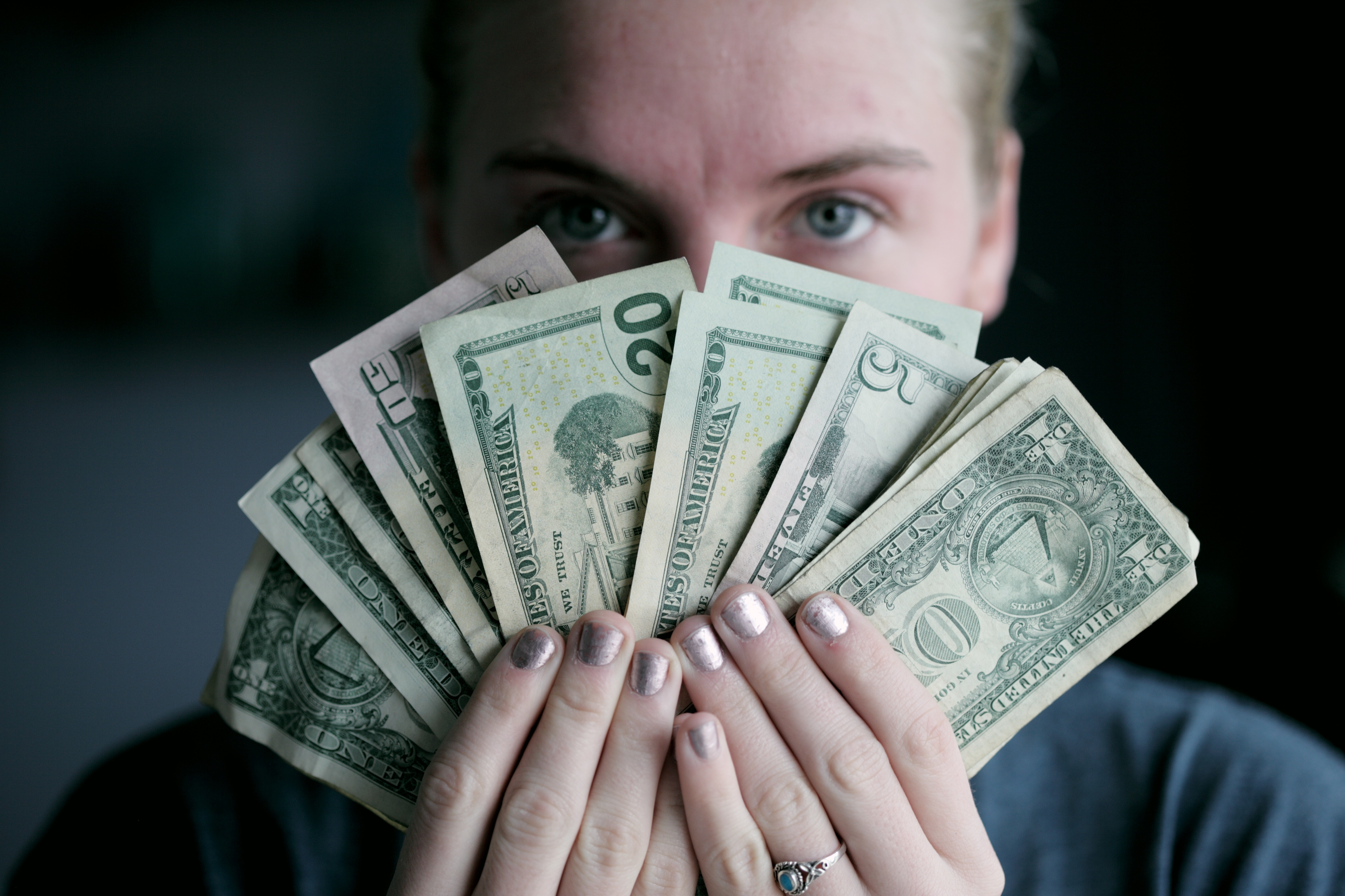 En person som håller i pengar