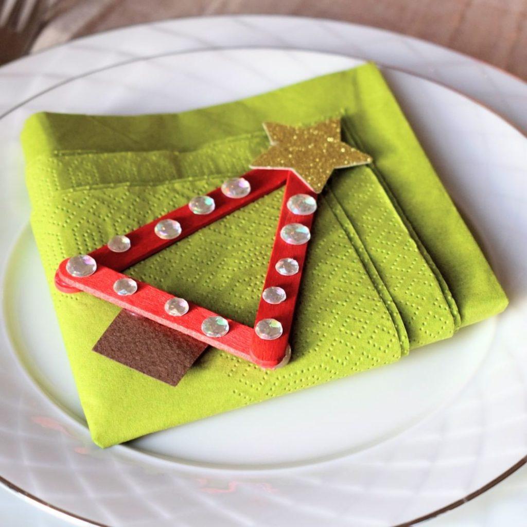 Julpyssel som dekoration vid dukning