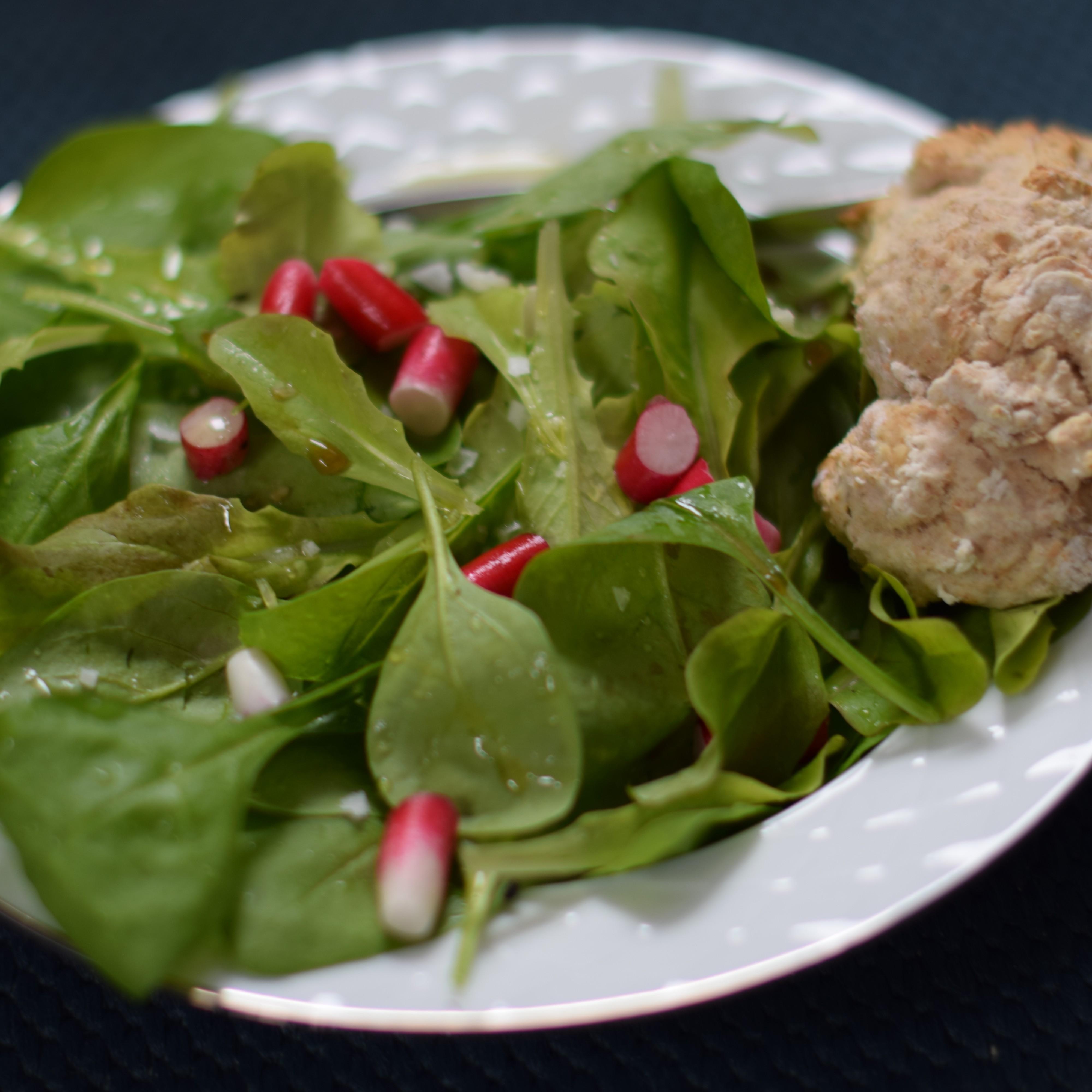 En sallad med rädisor och gröna blad