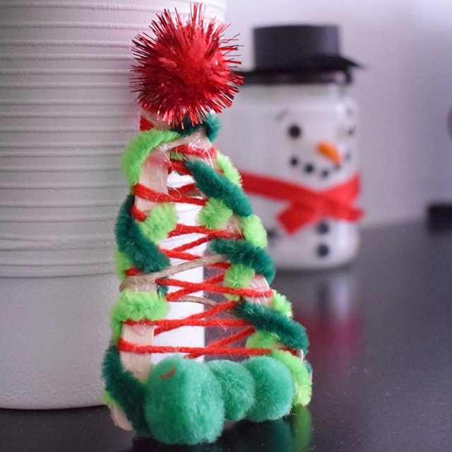Julpyssel gran av glasspinnar