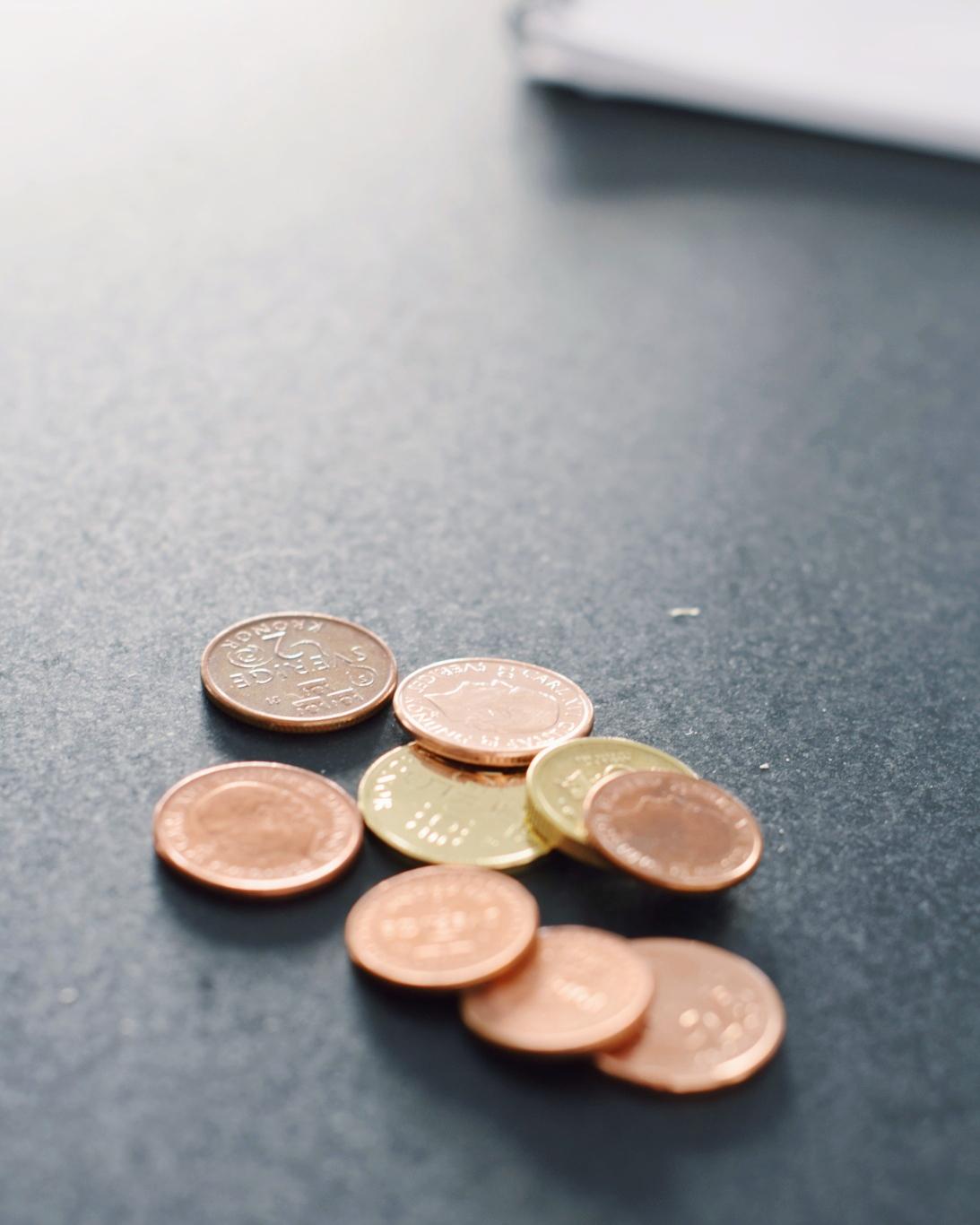 Mynt liggande på ett bord