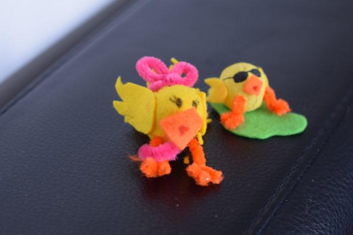 Två kycklingar tillverkade av flirtkulor, hobbyfilt och piprensare