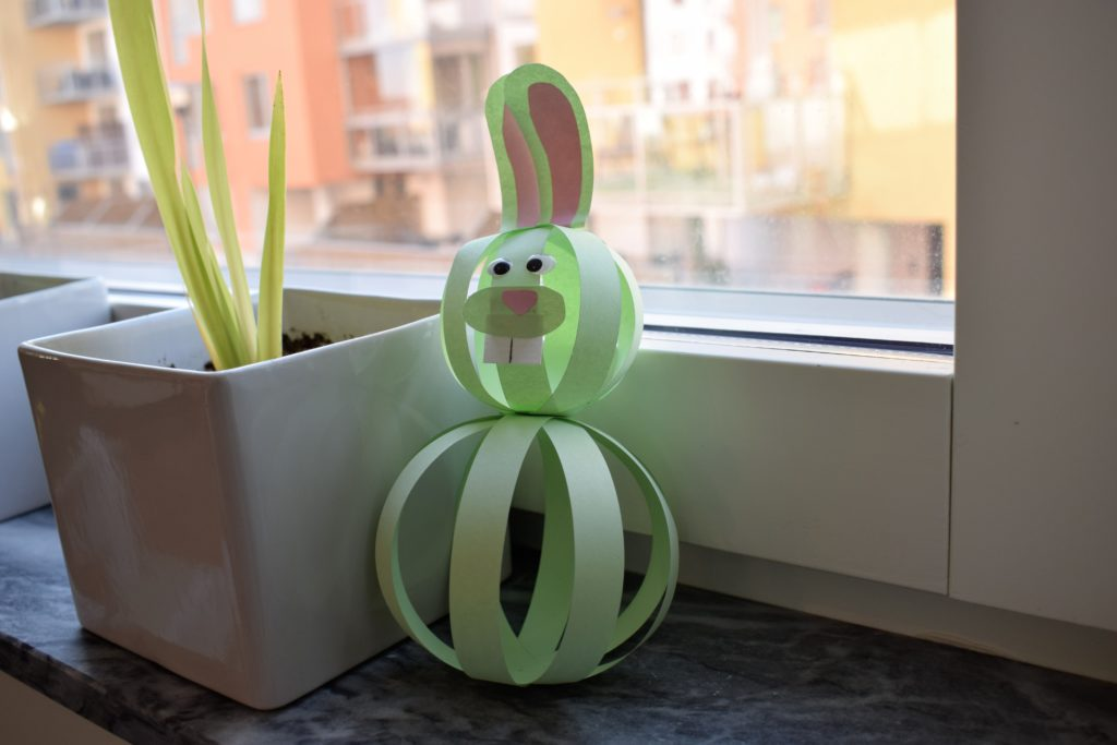 En kanin tillverkad av ljusgröna pappersremsor