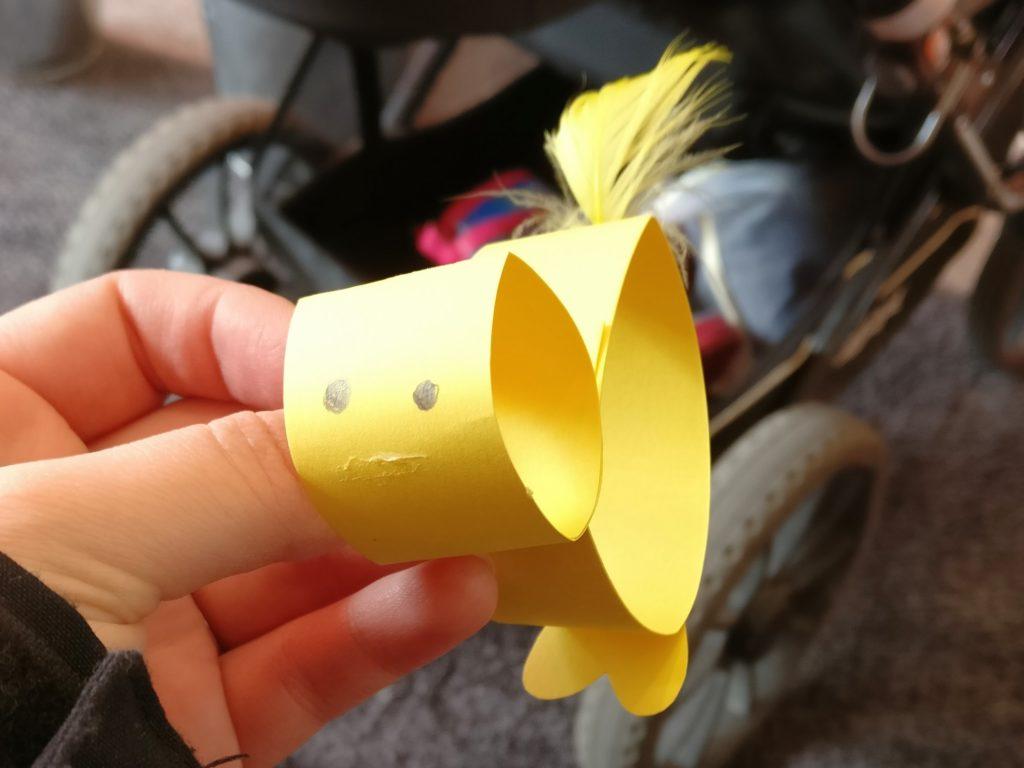 En kyckling tillverkad av gul hobbykartong