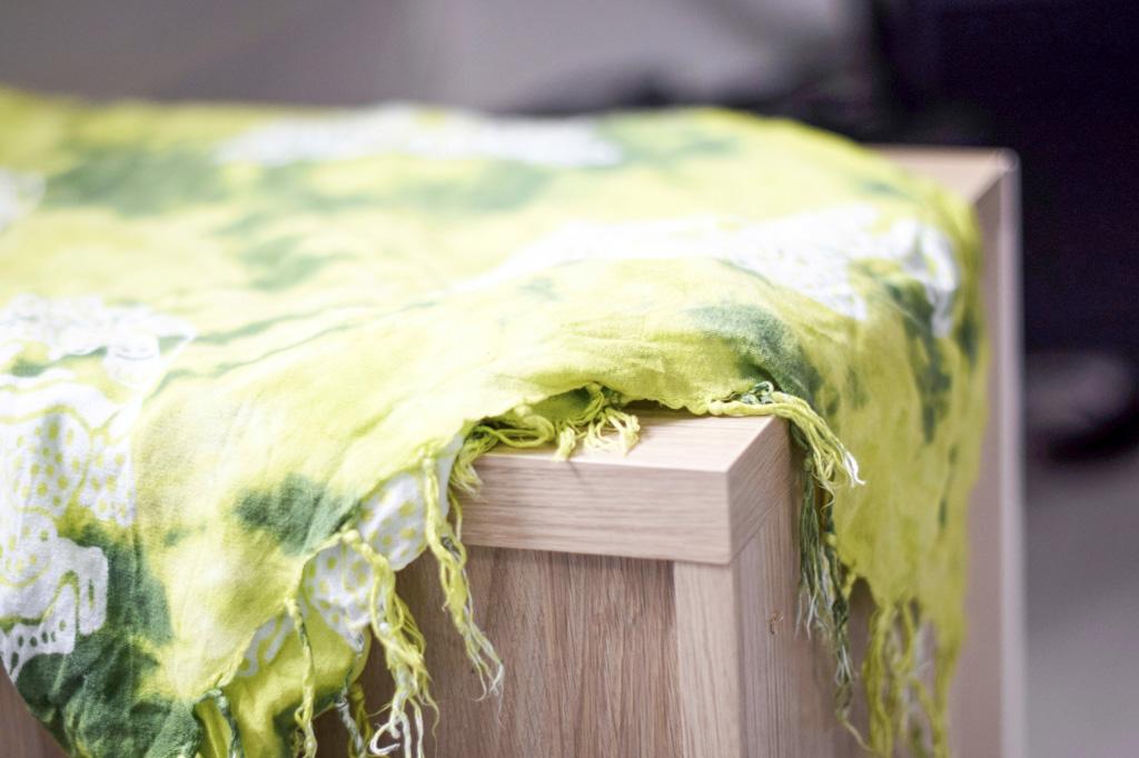 En sarong som ligger draperad på ett bord